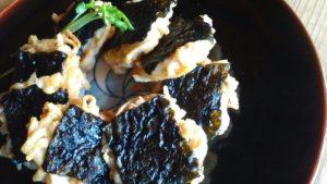 玄米麺のおやき、のりをのせる